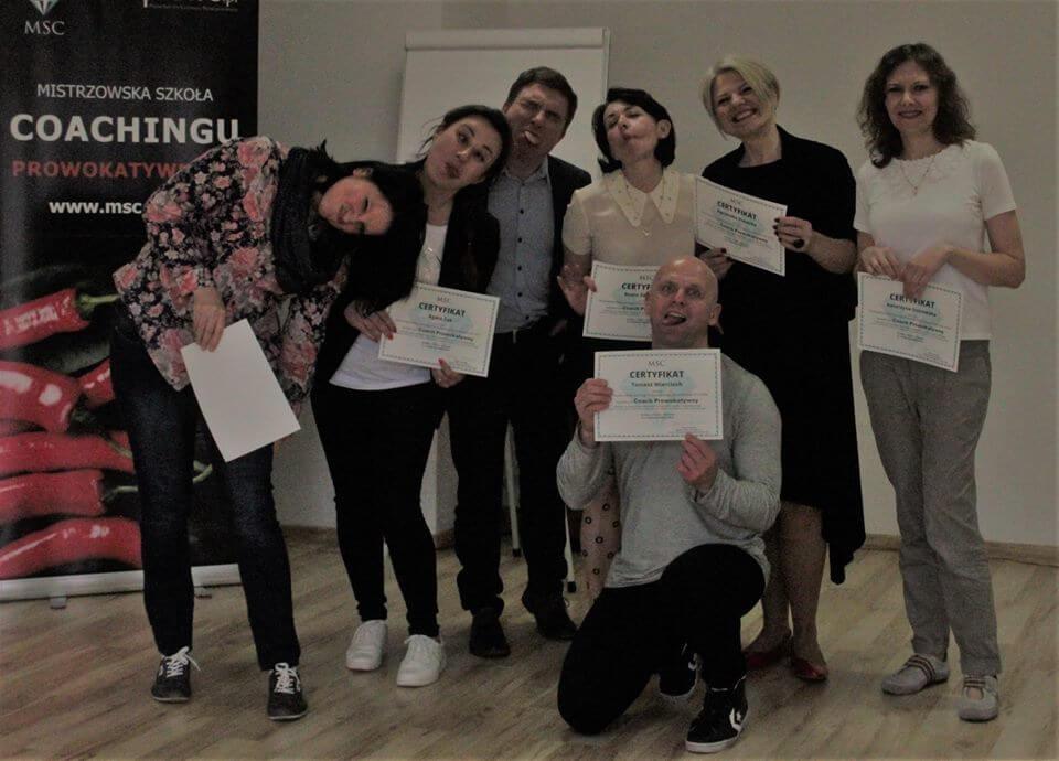Radość uczestników po ukończeniu kursu coacha prowokatywnego